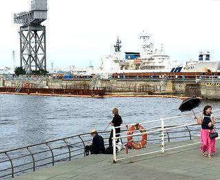 IMG_3323横浜港005釣り人と日笠さす人.JPG