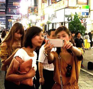 IMG_3744新宿駅東口界隈010後ろにおじさん写っちゃう.JPG