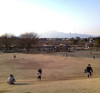 TS3C0659寒川大山を望むグラウンド風景.JPG